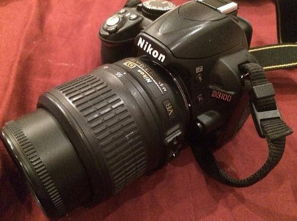 للبيع كاميرا نيكون D3100 مع اكسسواراتها